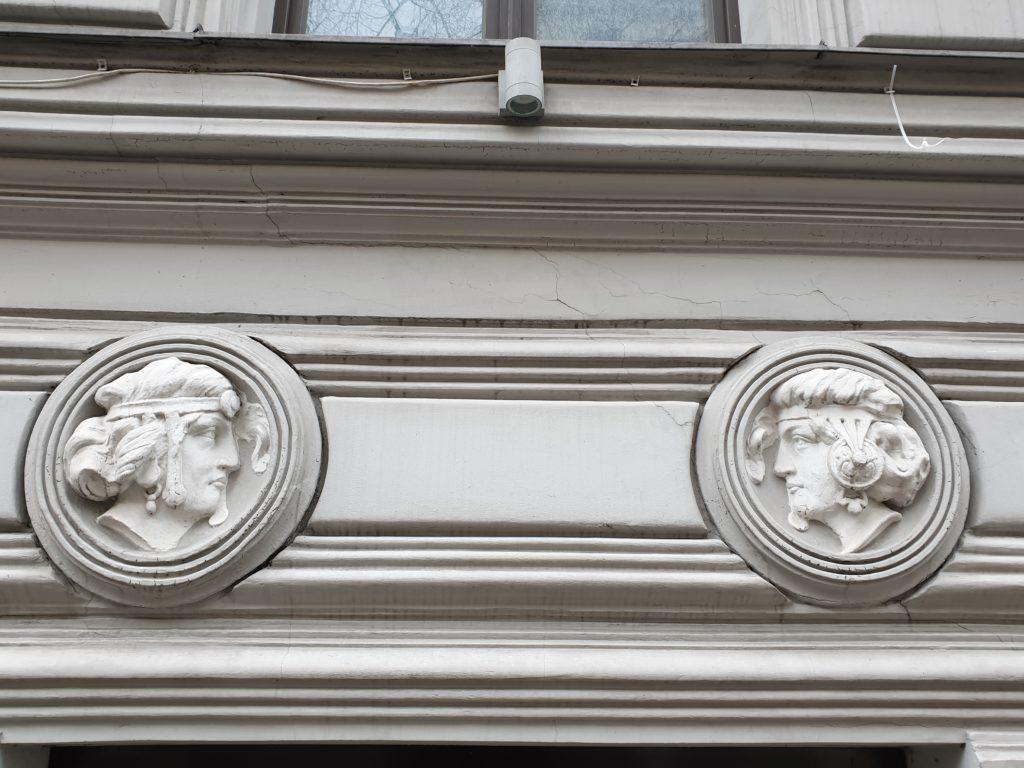 Decori medaglione facciata del palazzo liberty in Elizabetes Iela 10b a Riga