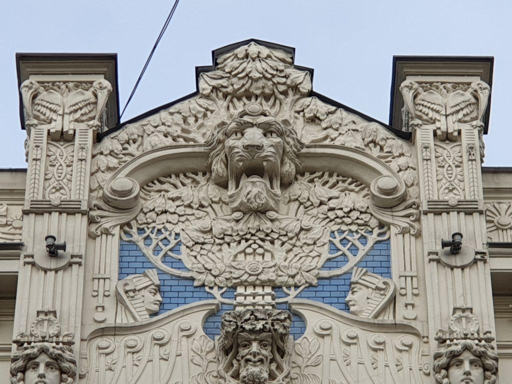 fregio lberty sulla facciiata del palazzo in Alberta Iela 5 a riga