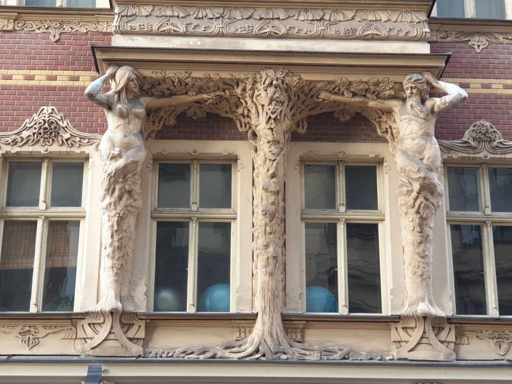 decori con albero e simboli facciata liberty in Smilsu Iela 2 a Riga