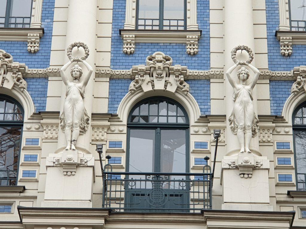 Balcone decorato del palazzo in Strelnieku Iela 4a