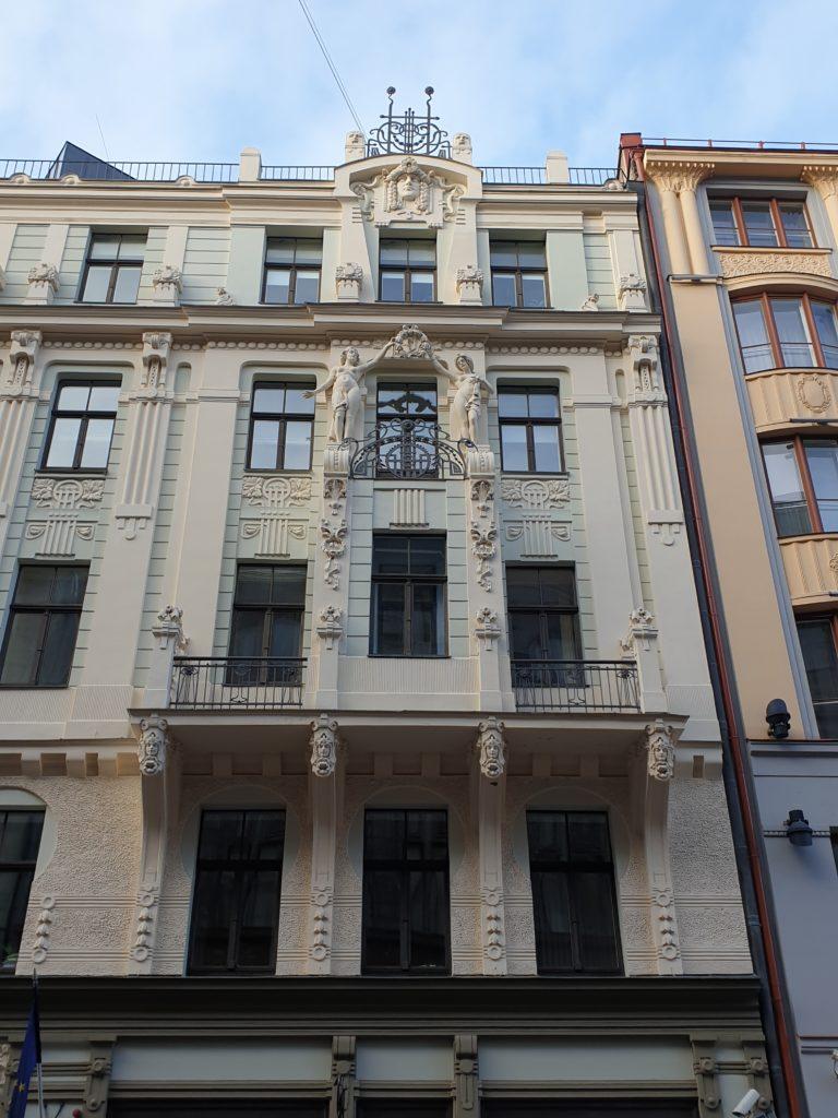 ampia sezione della facciata del palazzo liberty in Smilsu Iela 8