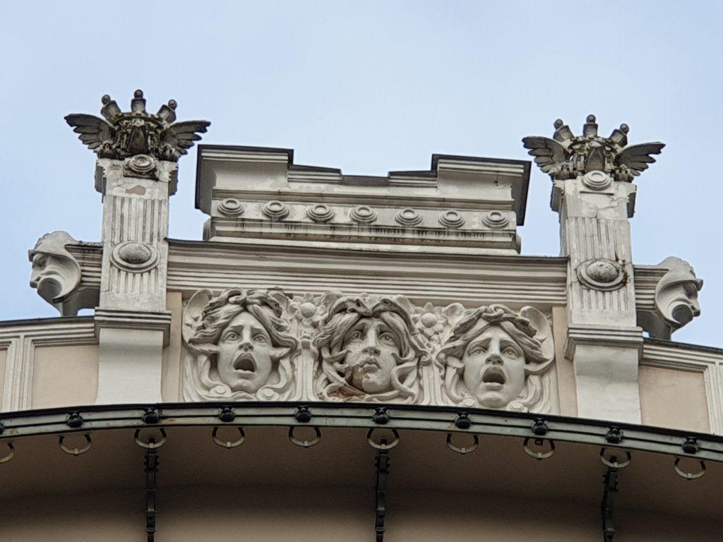 mascheroni facciata del palazzo in Alberta Iela 4 riga