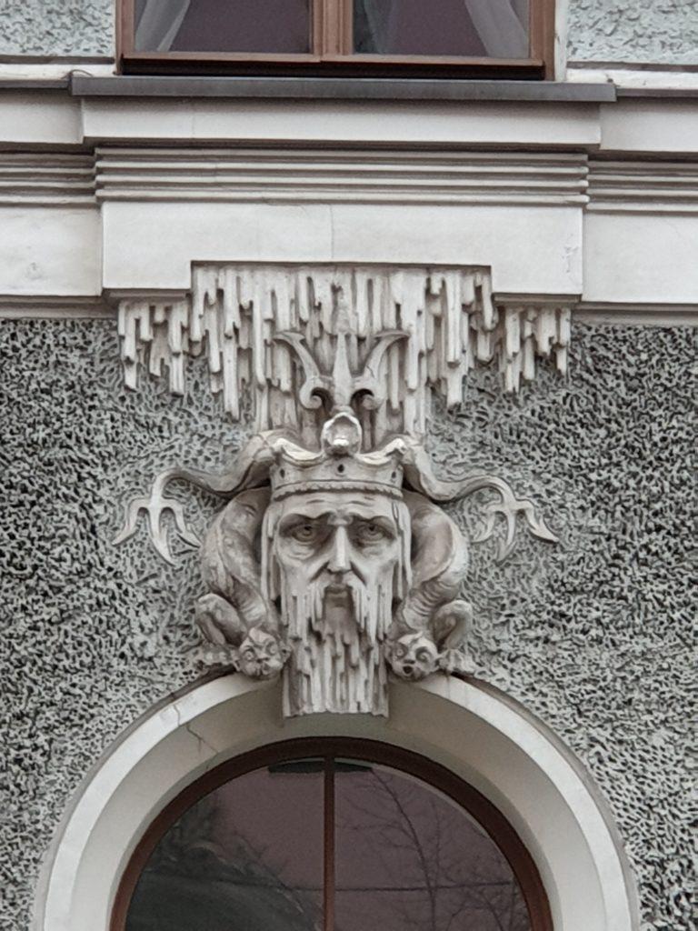 decoro art nouveau su finestra a Riga