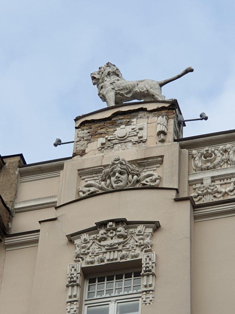 leone sul tetto e decori liberty in Alberta Iela 4 riga