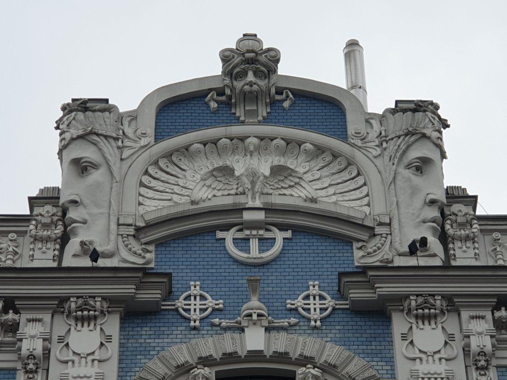 sommità del decoro palazzo liberty in Elizabetes Iela 10b riga