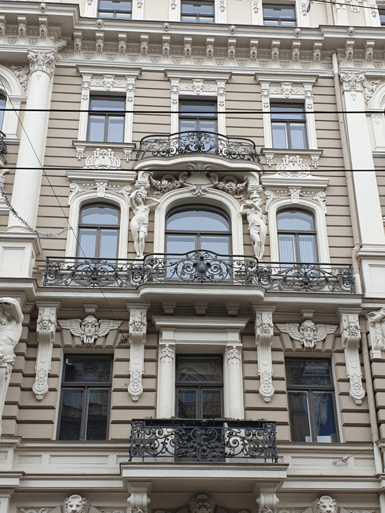 particolare della facciata del palazzo in Elizabetes Iela 33 a Riga