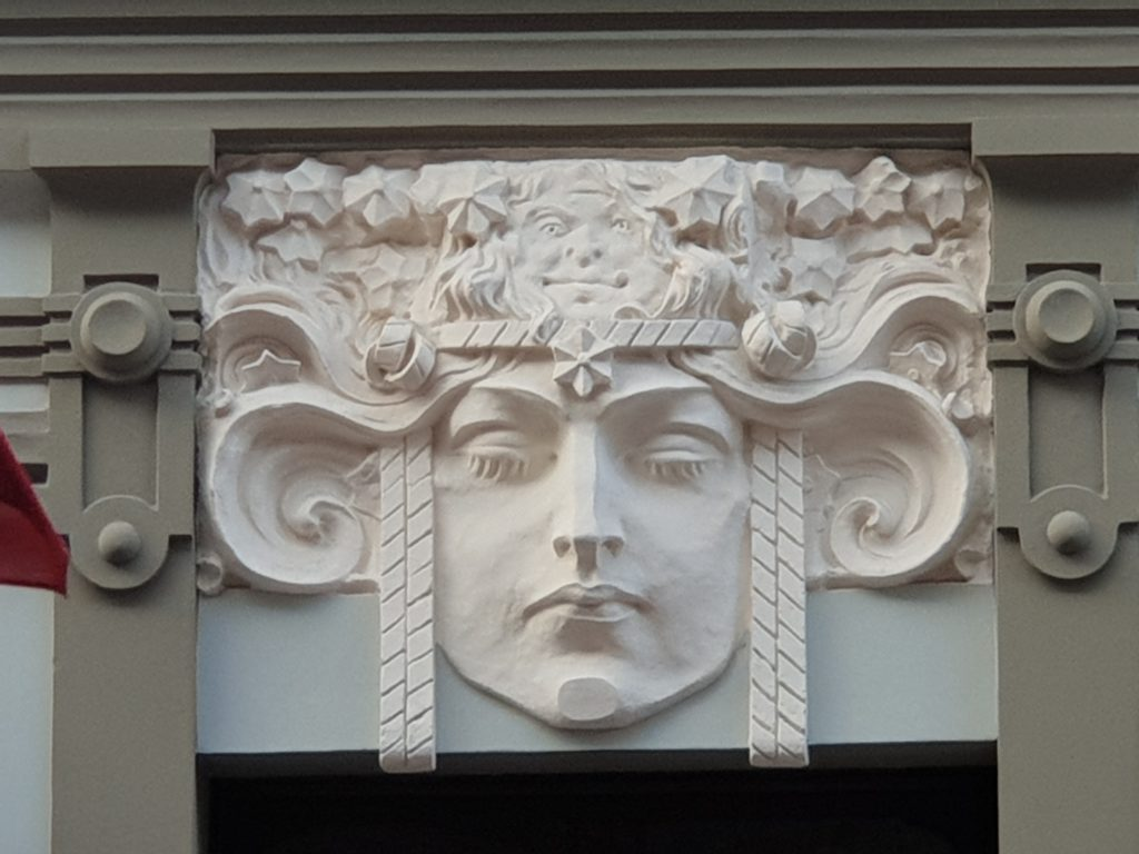 decoro liberty sulla facciata del palazzo in Smilsu Iela 8