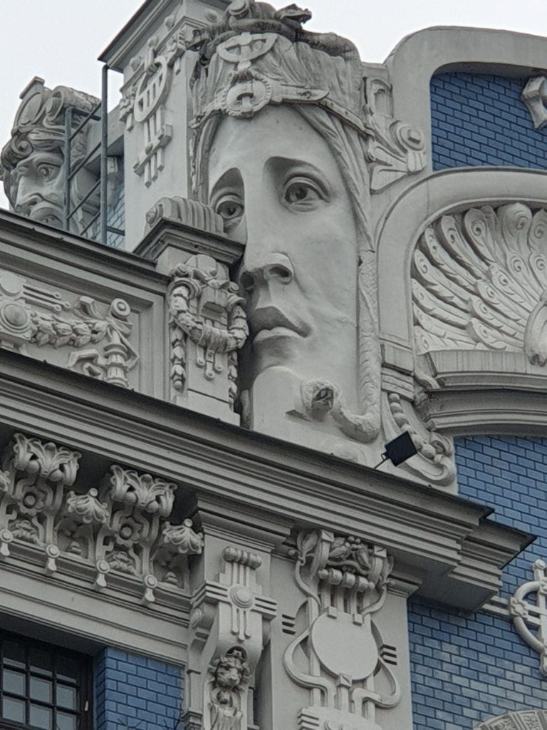 particolare fregio cornicione palazzo liberty in Elizabetes Iela 10b riga