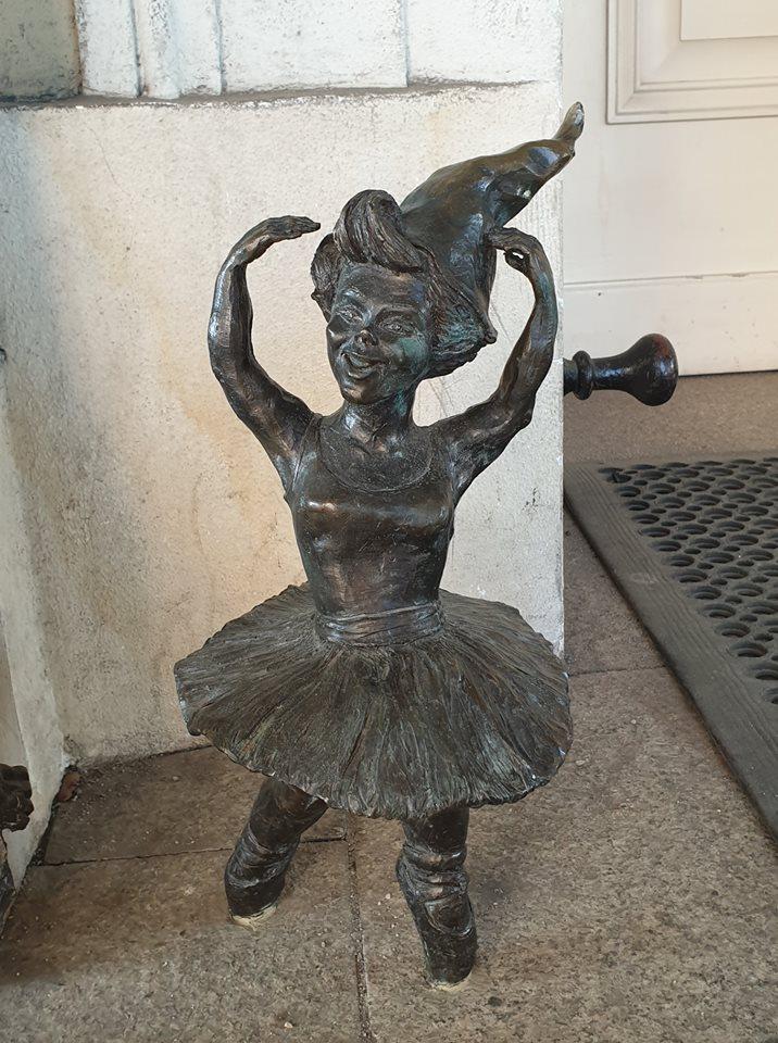 gnoma che balla a teatro wroclaw