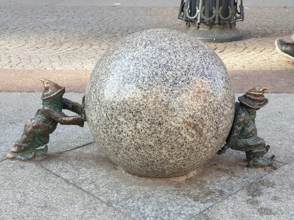 gnomi con sfera da spingere e frenare wroclaw