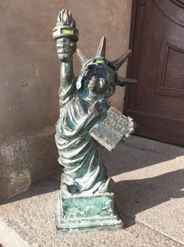 gnomo riproducente statua della libertà wroclaw