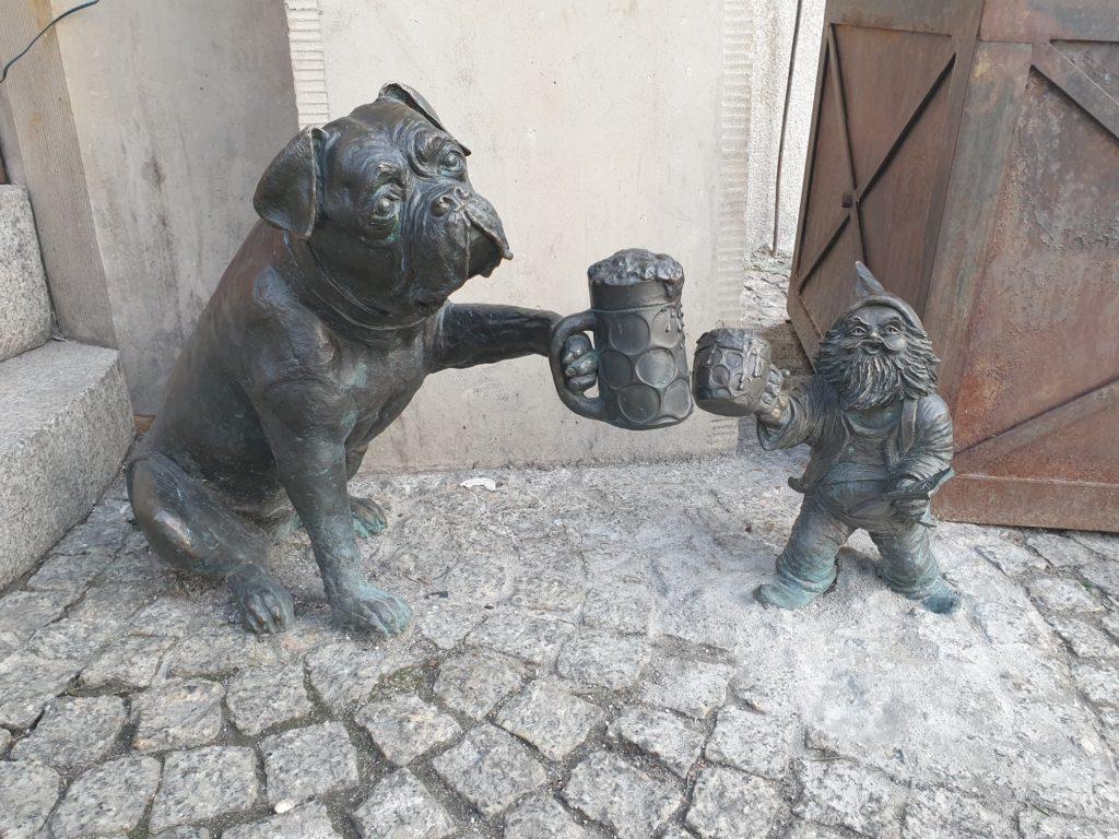 gnomo e cane che bevono una birra wroclaw