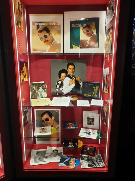 Vetrina Freddie Mercury solo e con Montserrat Caballé