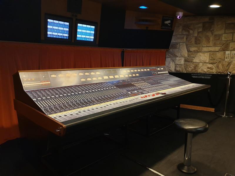 Queen Riproduzione del mixer Neve 8048 e postazione di Freddie Mercury