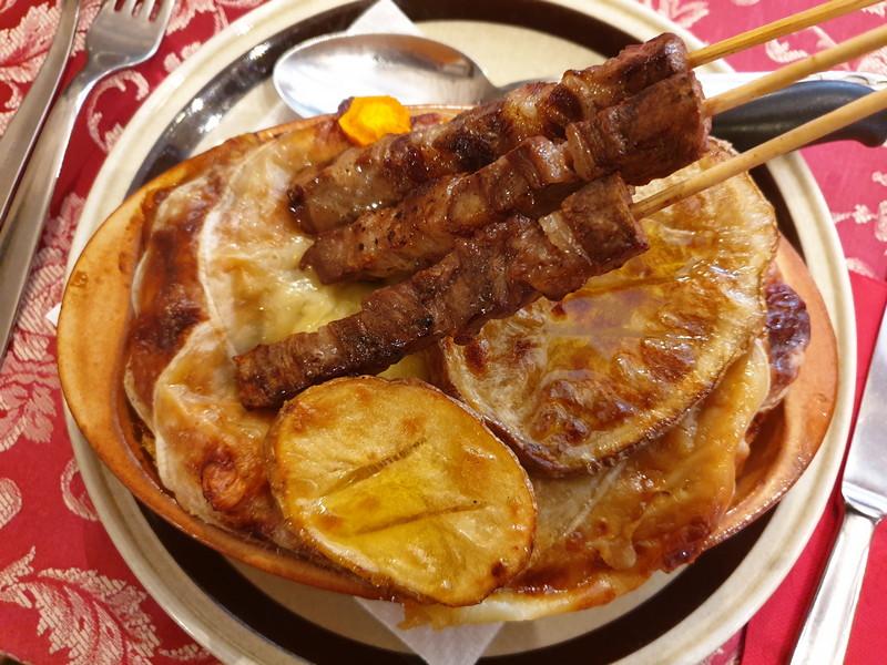 Ristorante Il Transumante Villetta Barrea cipollata con arrosticini e patate sott' o copp'